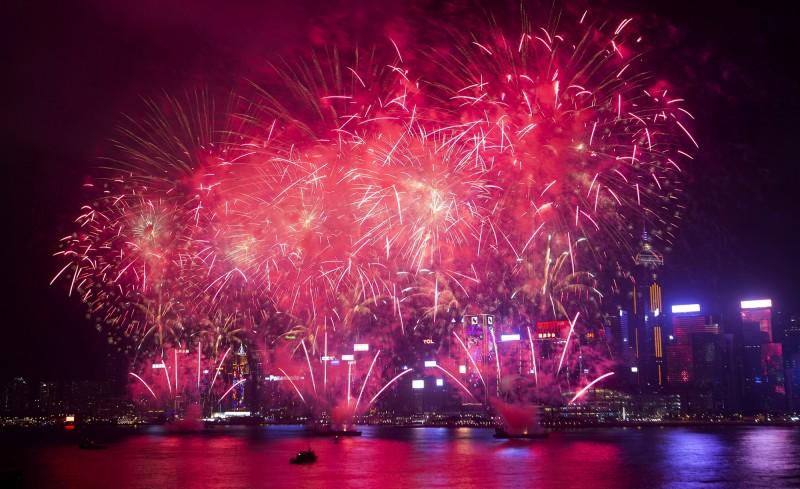 考量公共安全,香港今年農曆新年的賀歲煙花匯演將取消。圖為香港維多利亞港去年的賀歲煙花匯演照片。(歐新社)