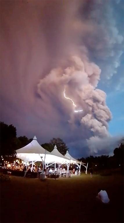菲律賓塔爾火山噴發,當局警告,隨時可能大爆發。(路透)
