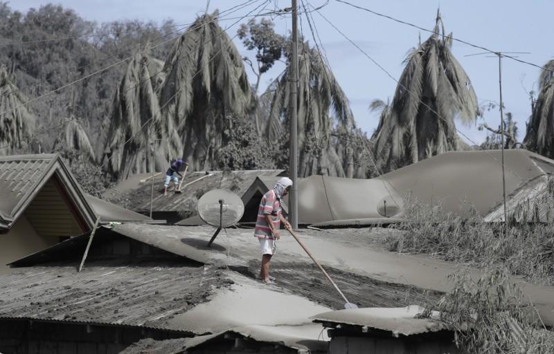 菲律賓塔爾火山噴發,週邊城市被厚厚的火山灰掩蓋。(美聯)