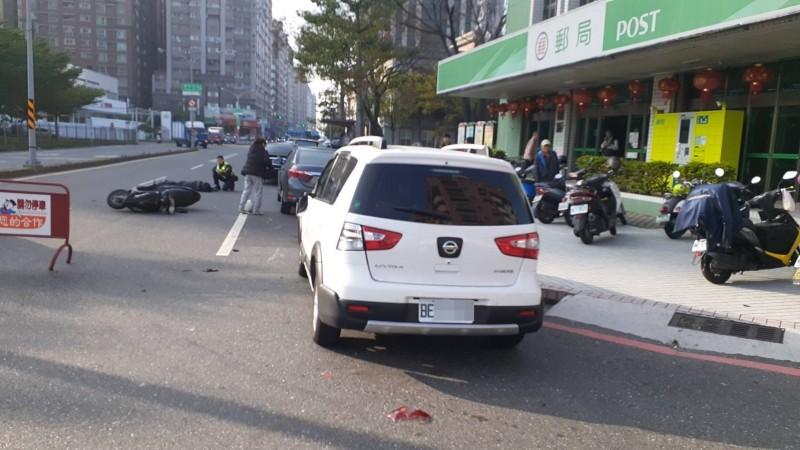 呂姓女子擦撞到違停轎車出車禍。(記者王捷翻攝)