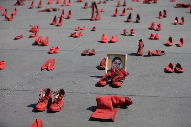 墨西哥首都市中心廣場11日發起「紅鞋示威」,呼籲大眾正視性別暴力。(歐新社)
