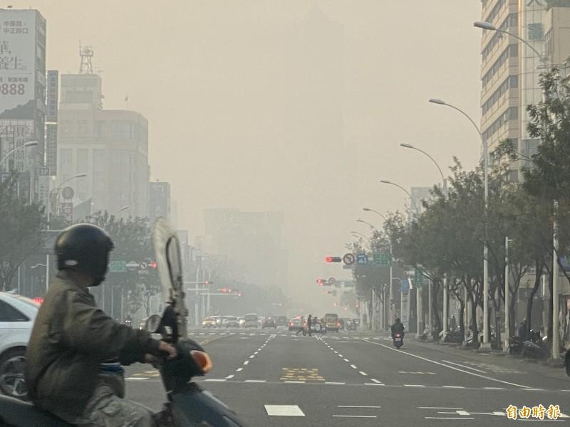 濃煙伴隨霧霾遮蓋地標85大樓。(記者黃旭磊攝)