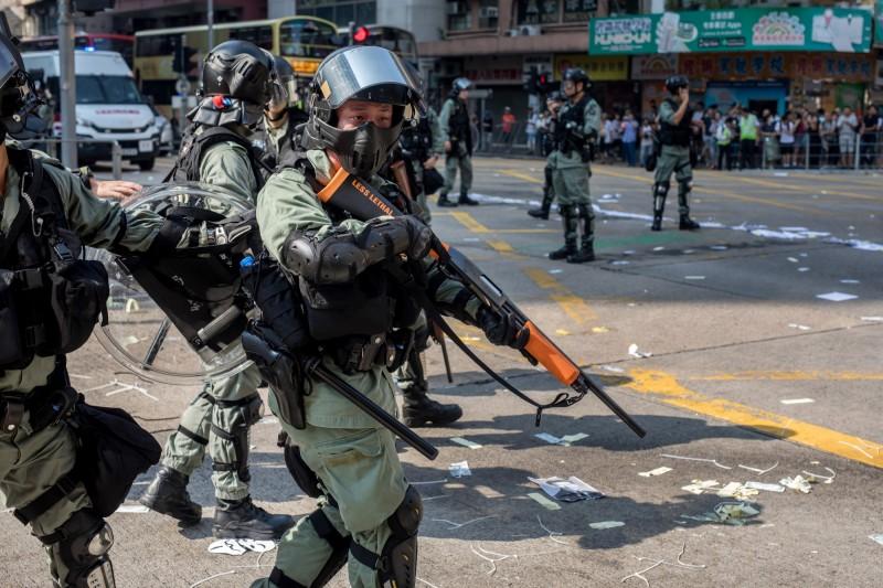反送中行動進入第七個月,現傳港警將投入電擊槍等新武器進入第一線。(彭博)