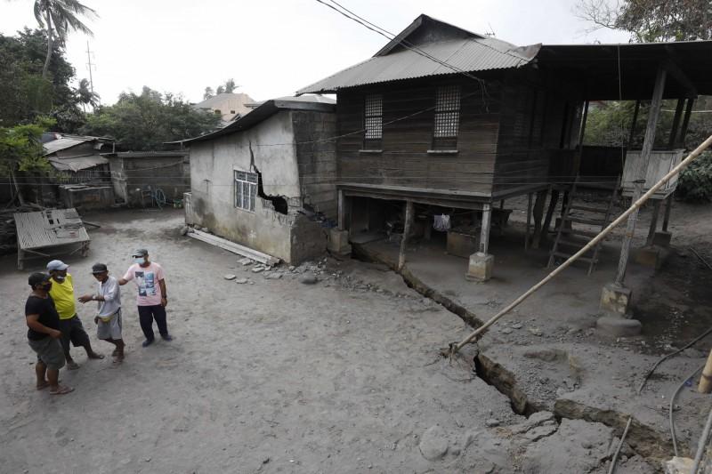 菲律賓塔爾火山噴發,已有地裂情況。(歐新社)