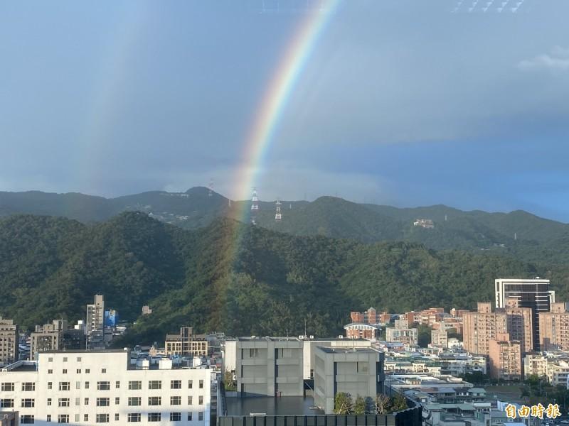 「虹」(圖中)外圈的「霓」(左)為太陽光經過2次反射、折射的現象,「虹」內圈的2道「複虹」則為太陽光繞射線向所致。(即時新聞組攝)