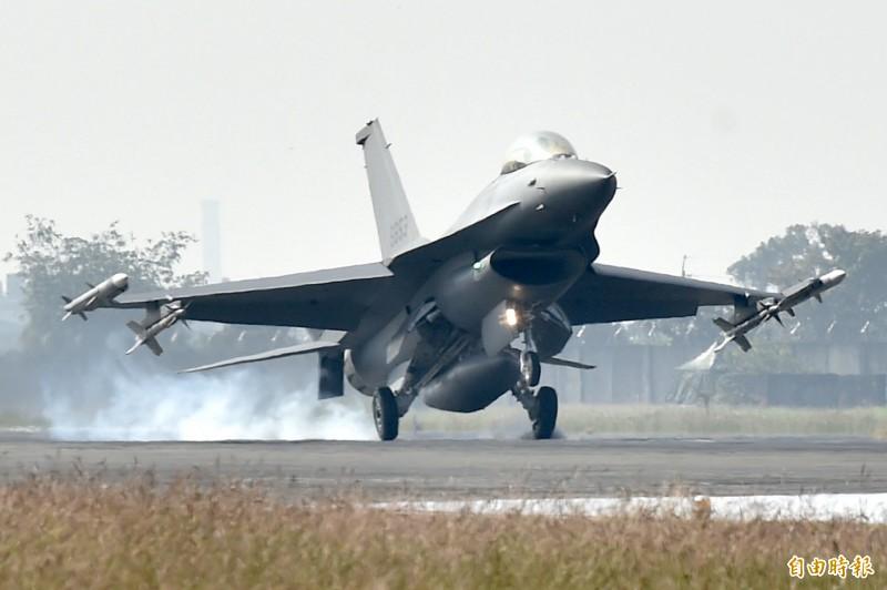 國軍今安排升級版的F-16V戰機進行緊急起降操演。(記者塗建榮攝)