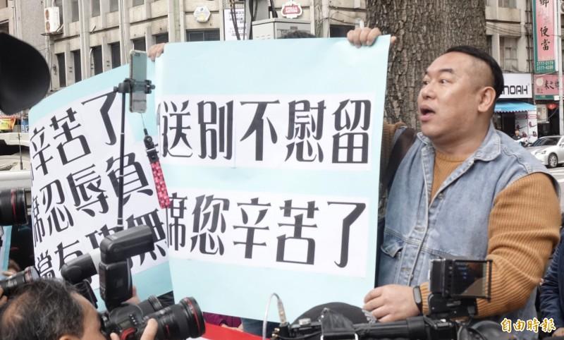 國民黨主席吳敦義今天下午率相關黨務主管向中常會提出總辭,同時也就這次總統、立委選舉敗選原因提出檢討報告,其中羅列7大敗因,圖為在中常會外抗議的民眾。(記者張嘉明攝)