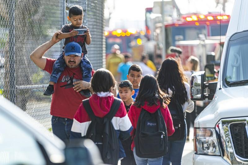 達美航空89號航班在洛杉磯迫降前空中放油,致地面多人受傷,附近學校提前放學,家長急接走孩子。(美聯)