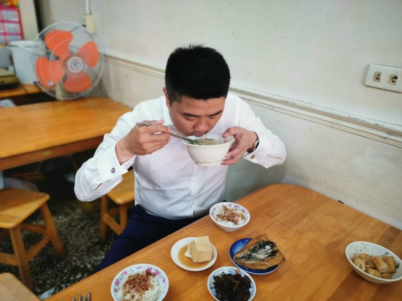 陳柏惟受訪時笑稱「我如果是顏寬恒,現在一定很想吃魚」。而顏寬恒今日PO出的午餐照片裡,竟然真的有虱目魚料理,成為趣味巧合。(擷取自顏寬恒臉書粉絲專頁)