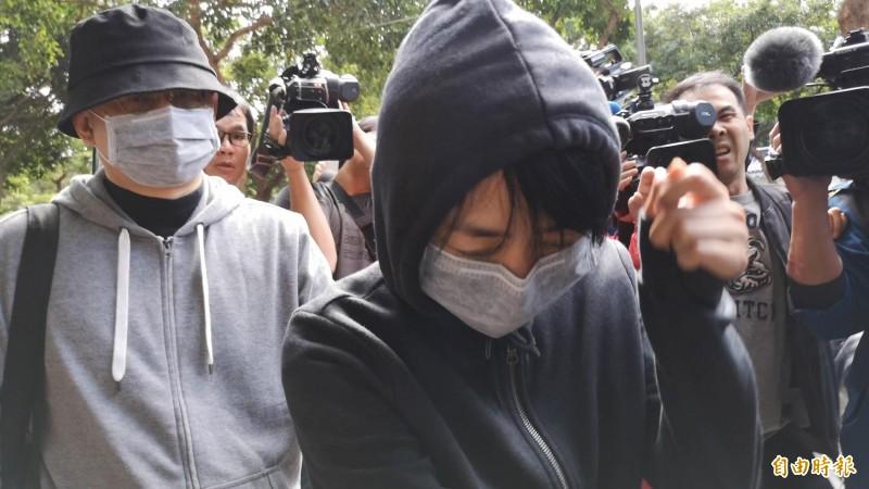 向心、龔青夫婦(後、前戴口罩者)提出準抗告請求解除境管;台北地院法官今裁定駁回聲請。(資料照,記者黃捷攝)