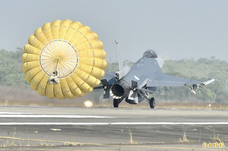 國軍今也安排升級版的F-16V戰機進行緊急起降操演,除在指定時間完成起飛,並也展示降落時觸地緊急拉升、降落打開阻力傘的課目,藉此展現戰力。(記者塗建榮攝)