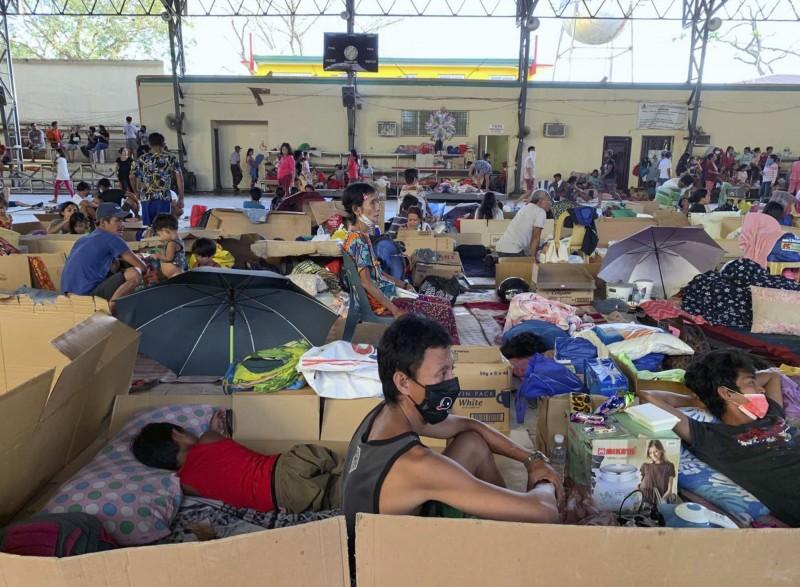 菲律賓塔爾火山噴發,可能達到最大噴發,已有逾4萬民眾逃離家園,住入避難所。(美聯)