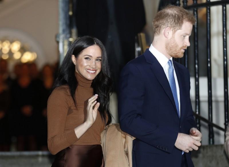 英國哈利王子與妻子梅根,8日無預警對外宣布欲卸下英國王室高階成員身分。(美聯社)