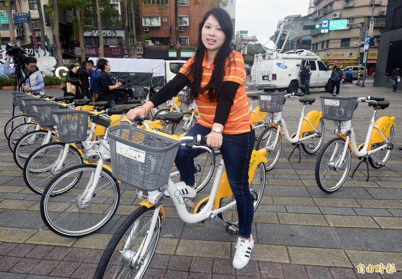 台北市交通局與微笑單車15日舉辦YouBike2.0試辦計畫發佈會,YouBike2.0新單車在顏色外觀、借還車及路樁等多方面有進一步提升。(記者廖振輝攝)