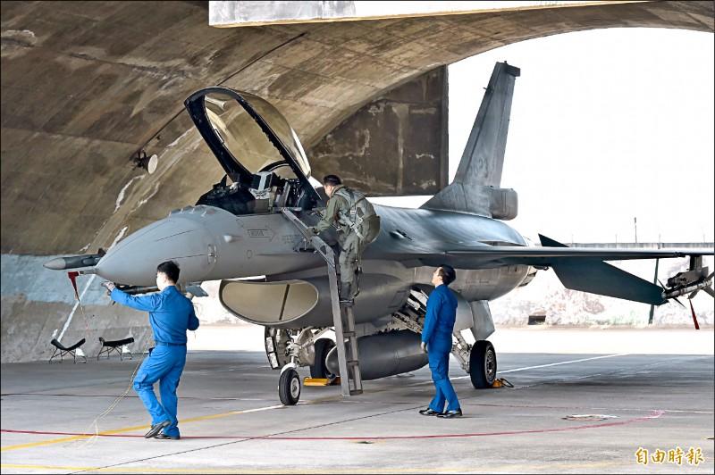 空軍第四戰術戰鬥機聯隊執行緊急起飛等操演。(記者塗建榮攝)