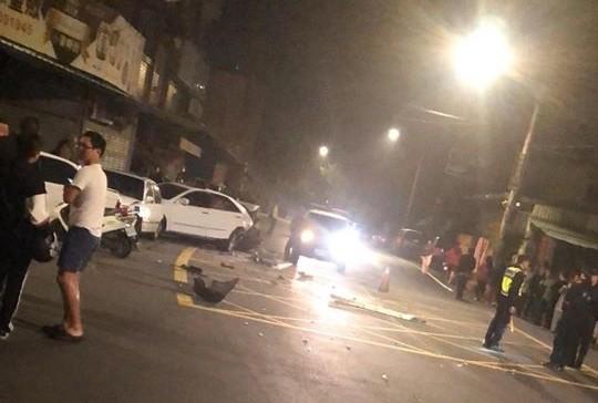 墨綠色轎車撞擊白色Camry轎車,導致白色轎車整個後半車身被擠壓變形。(取自臉書粉絲專頁綠豆嘉義人)