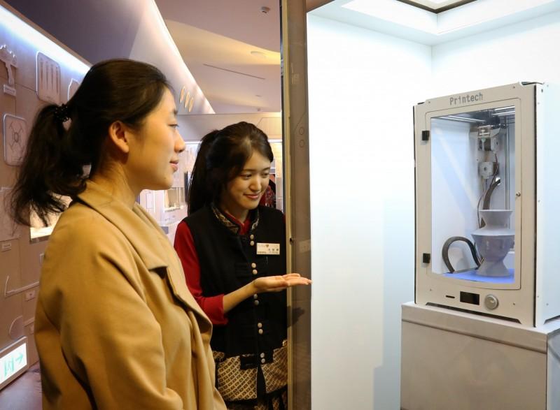 「3D列印機」實際展演,民眾可近距離觀看將二維圖像3D立體化。(十三行博物館提供)
