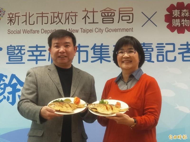 東森得易購股份有限公司捐贈950盒白鯧,由社會局長張錦麗(右)代收,轉贈給新北市的弱勢家庭。(記者何玉華攝)