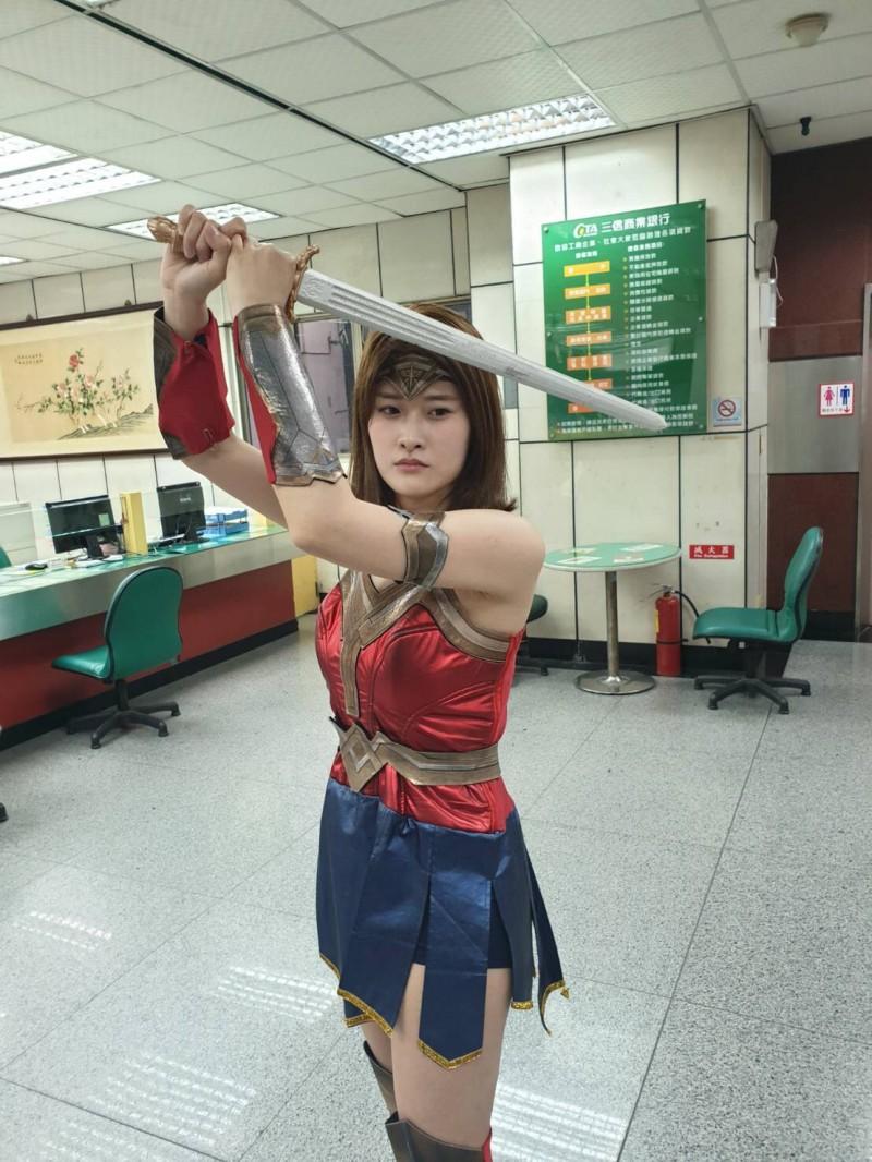 台中市第二分局拍防搶影片,女警周瑜化身神力女超人。(記者許國楨翻攝)