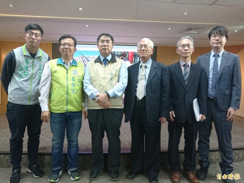 台南市長黃偉哲(左3)率法制處及消基會代表表達看法。(記者洪瑞琴攝)