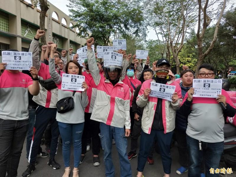 foodpanda食物外送員不滿公司片面修改薪資計算方式,發起罷工行動,今天下午集結在板橋第二運動場表達抗議。(記者賴筱桐攝)