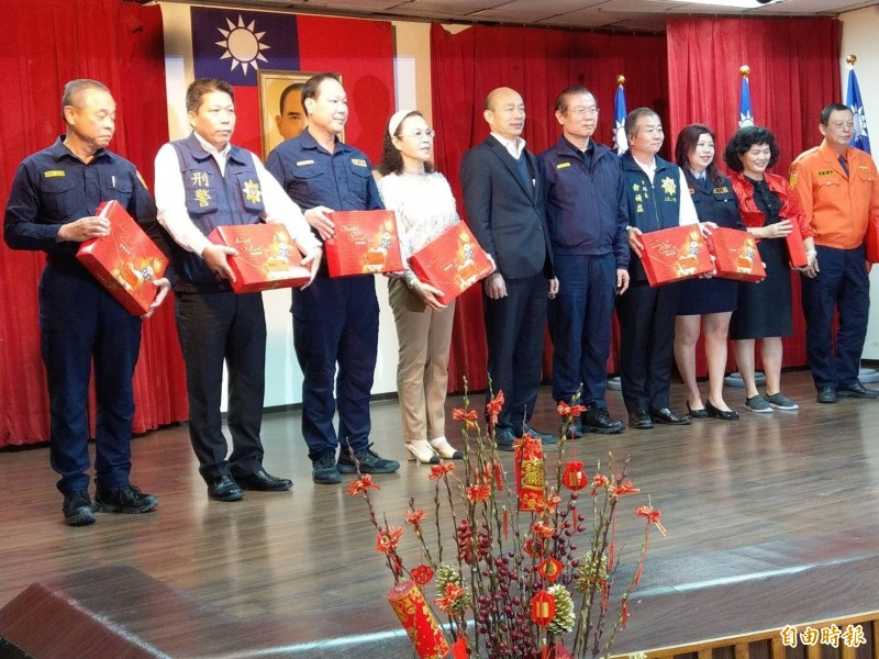 高雄市長韓國瑜(左5)今晚到三民二警分局慰問員警及義警。(記者方志賢攝)
