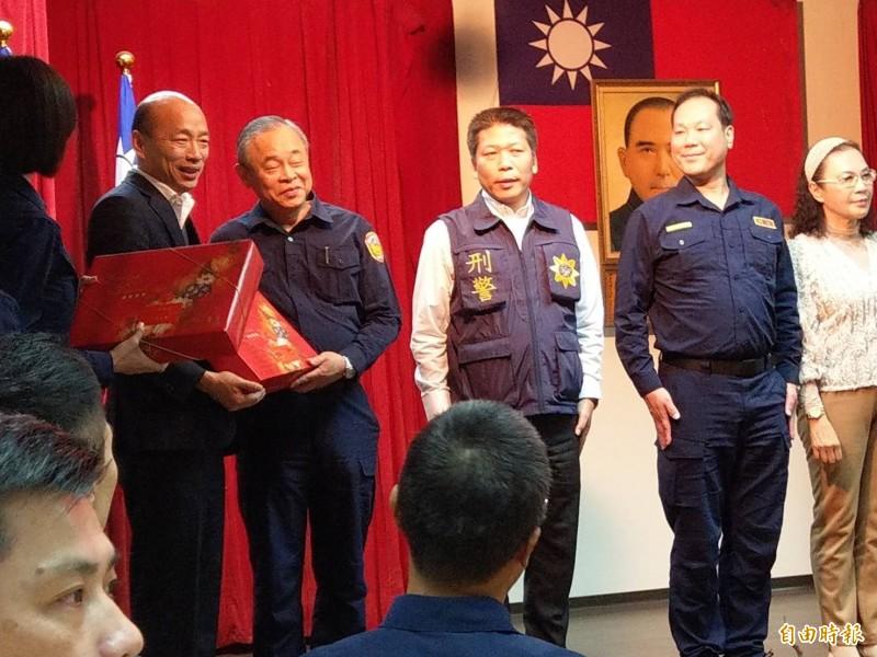 高雄市長韓國瑜(左1)今晚到三民二警分局慰問員警及義警。(記者方志賢攝)