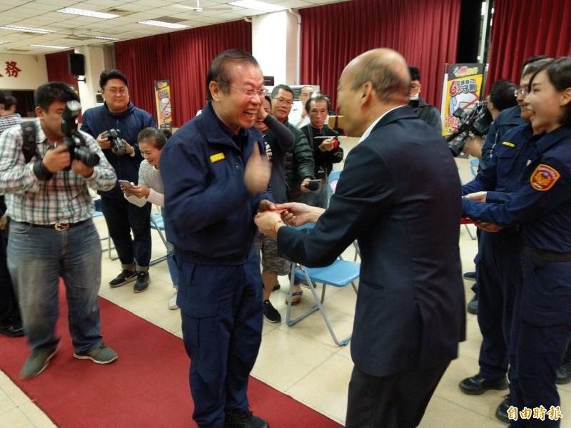高雄市長韓國瑜今晚到三民二警分局發送紅包,由警察局局長李永癸接下紅包。(記者方志賢攝)