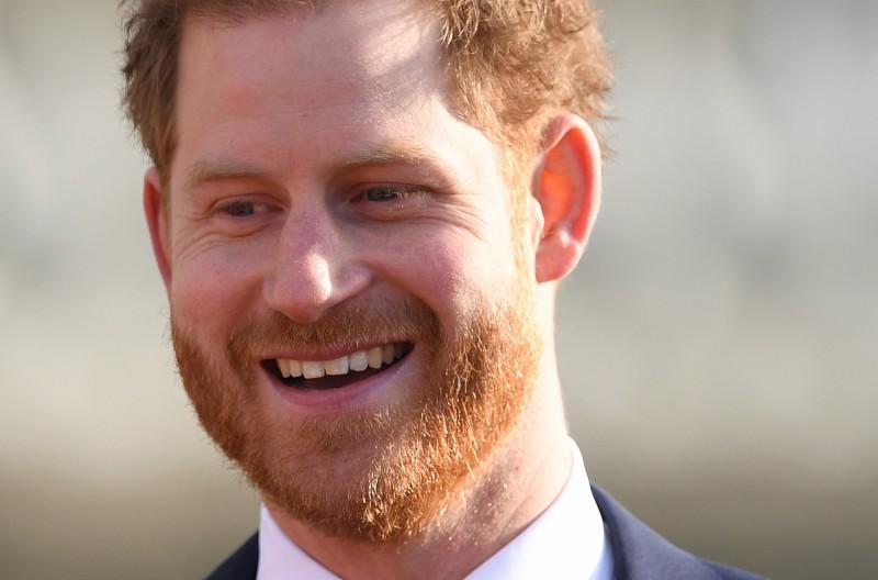 英國哈利王子於皇室風波後,今(16)日首度公開亮相顯得輕鬆自如,與現場學童民眾互動也露出燦笑。(歐新社)