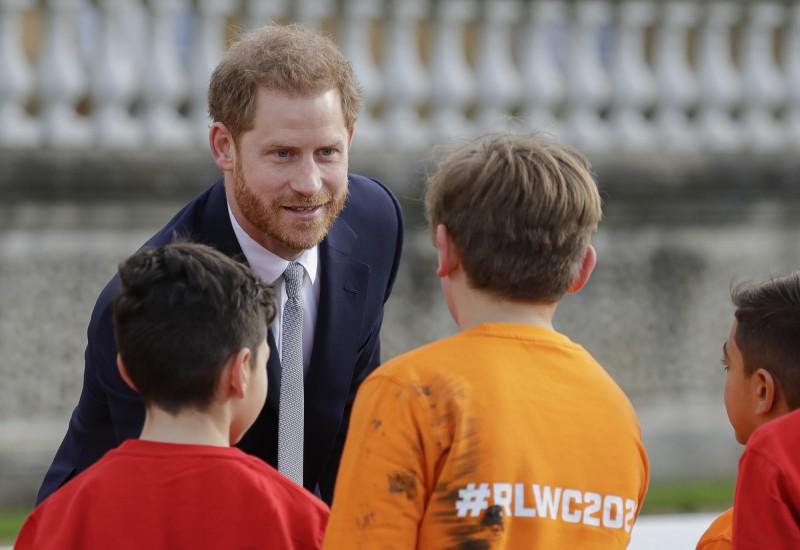 哈利王子今(16)日出席2021世界盃聯盟式橄欖球賽(Rugby League World Cup)抽籤典禮,於風波後首度公開亮相,與選手和學童民眾握手態度輕鬆。(美聯社)