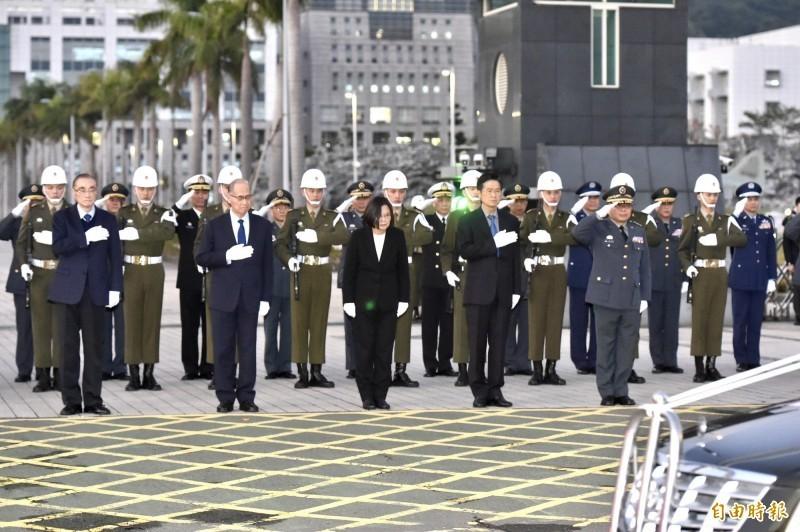 總統蔡英文率領國防、國安幕僚於國防部大門向「黑鷹殉職將士移柩」車隊致敬。(資料照)
