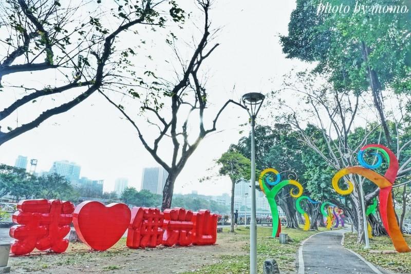 現在愛河畔步道兩側有花樹裝置藝術,綿延數十公尺,還有「我愛佛光山」的碩大立體字。(民眾Mo Ron Chan提供)