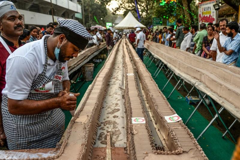 印度喀拉拉邦烘焙協會昨日成功打造出全球最長蛋糕。(法新社)