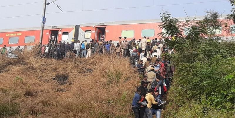 印度特快車撞上貨物列車,造成特快車8節車廂脫軌,20人受傷。(圖擷自推特用戶@tanmay__das)