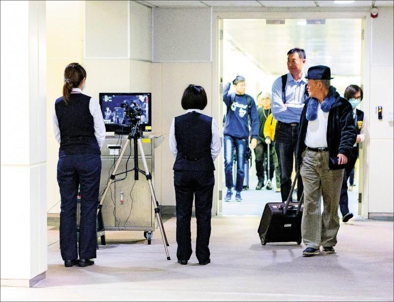 中國武漢市爆發2019新型冠狀病毒(2019-nCoV)疫情,我加強防疫。圖為台灣檢疫人員針對來自武漢的班機執行檢疫及宣導工作,同時在空橋門進行體溫檢測。(資料照)