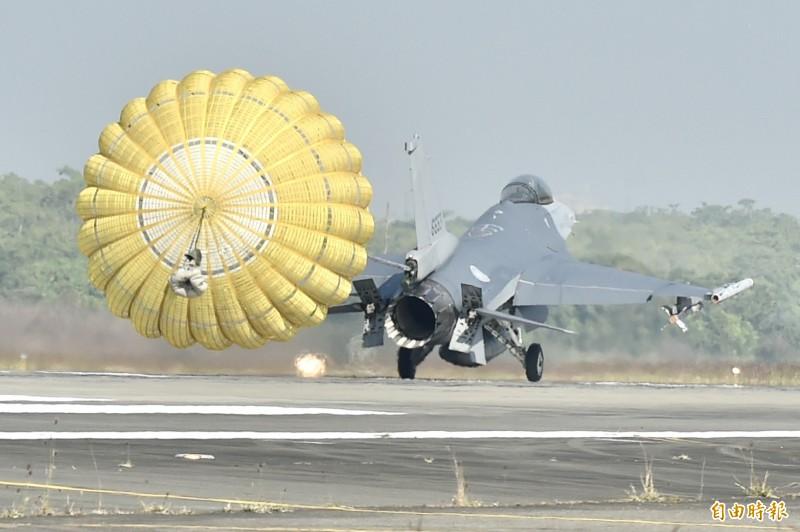 F-16V戰機自接獲命令到完成起飛僅需6分鐘,15日執行阻力傘等操演。(資料照)
