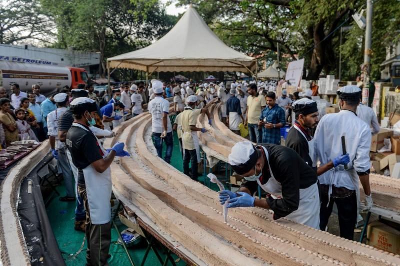 昨日聚集1500位烘焙師傅與廚師,耗時4小時候成功打破世界紀錄。(法新社)