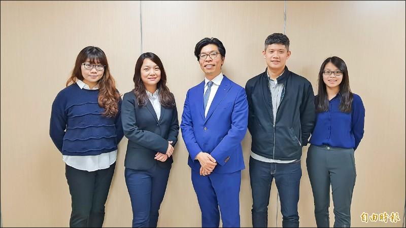 中央研究院生物化學研究所副研究員徐尚德(左三),與台灣大學分子暨比較病理生物學研究所副教授張惠雯(左二)跨領域合作,成功首次看到貓咪絕症的冠狀病毒結構。(記者簡惠茹攝)