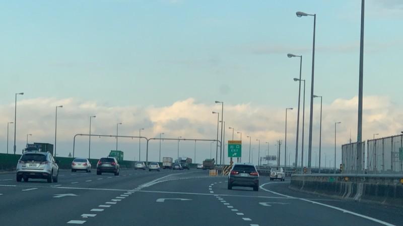 中部天際出現連綿不絕的雲層,灰色雲層上方還覆蓋著白色雲層,有如覆蓋著雪,上班族驚呼:「太美了,好像看到阿爾卑斯山! 」(記者湯世名翻攝)