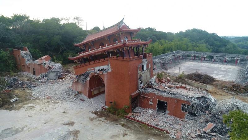 曾名列全台10大旅遊勝地冠軍的台灣民俗村拆了,包括慶豐門、劇場與遊樂區都在怪手鏟除下倒塌。(李泳昌提供)
