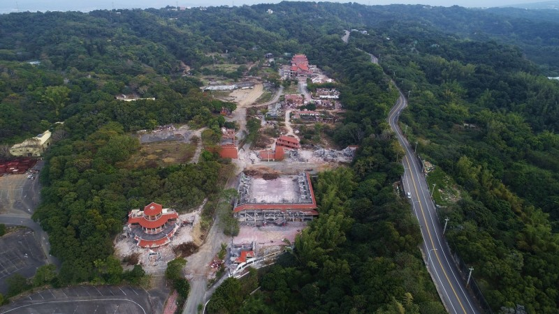 曾名列全台10大旅遊勝地冠軍的台灣民俗村拆了,包括慶豐門、劇場與遊樂區都在怪手鏟除下倒塌,變成一團廢墟。(李泳昌提供)