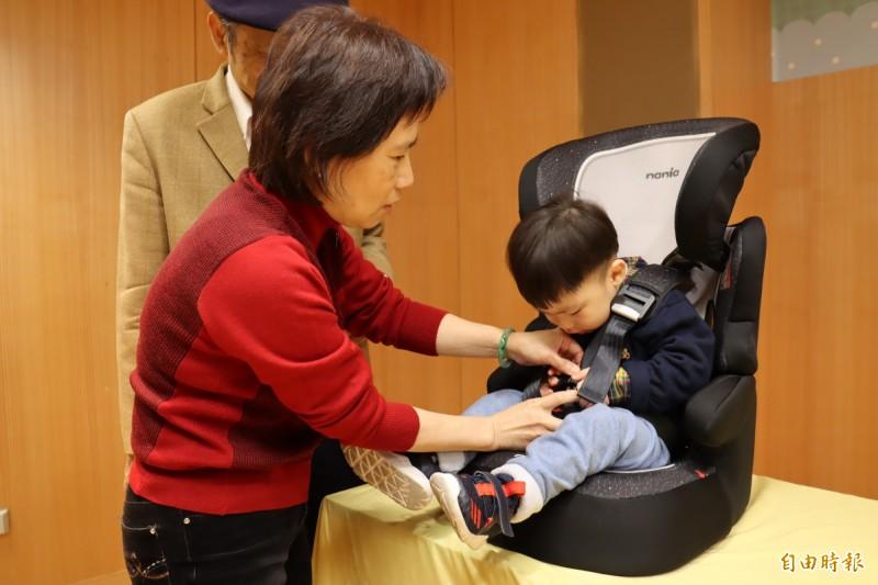 消費者透過網路購買中國製低價兒童安全座椅,品質堪虞。(記者翁聿煌攝)