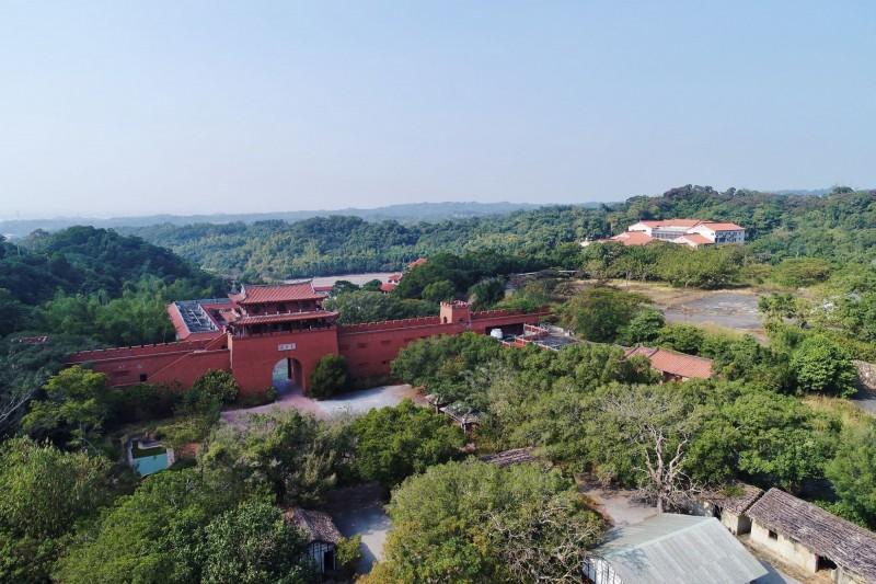 曾列名全台10大旅遊景點的台灣民俗村,佔地逾20公頃,園區荒廢多年,被冠上是台灣最大的廢墟。(李泳昌提供)