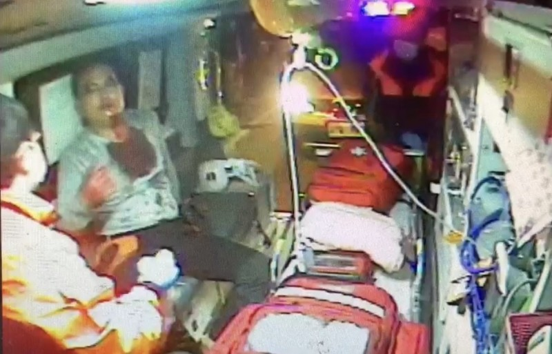 潘姓男子左下顎受槍傷,由救護車送往台中榮總埔里分院救治。(記者佟振國翻攝)