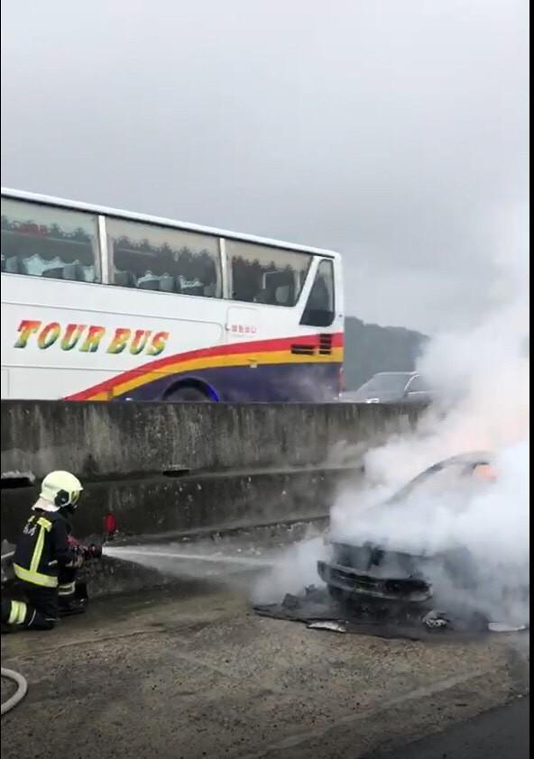 國道一號44.3K北上,中午發生一輛火燒車意外,幸無人受困。(記者魏瑾筠翻攝)