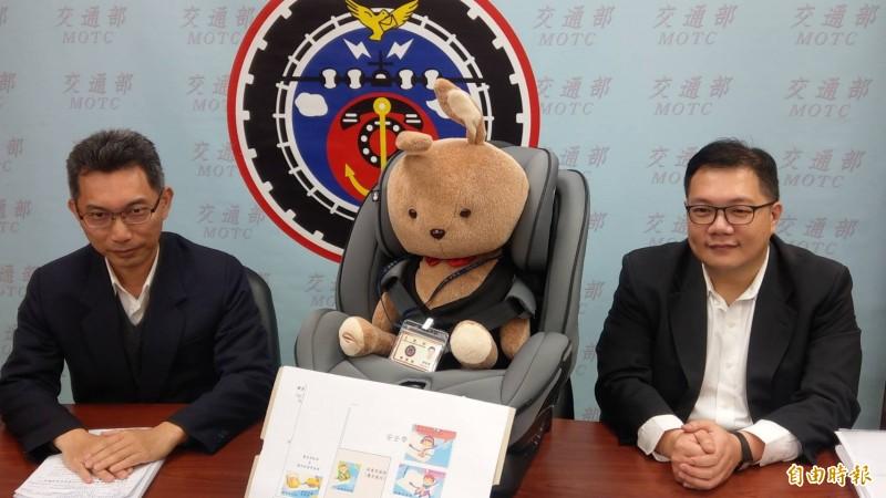 交通部路政司專委李昭賢(左)、科長趙晉緯(右)說明兒童安全座椅規範。(記者鄭瑋奇攝)