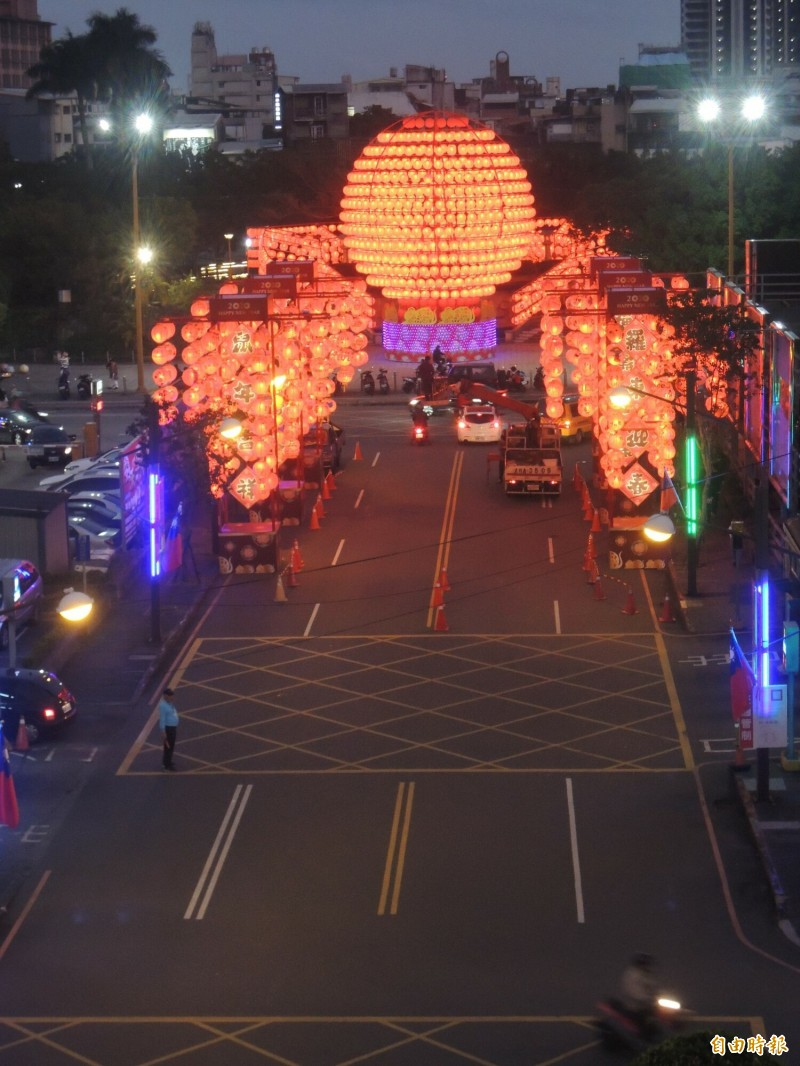 羅東迎春13.5公尺高的主燈,傍晚點燈後,營造出另類的「羅東懸日」美景。(記者江志雄攝)