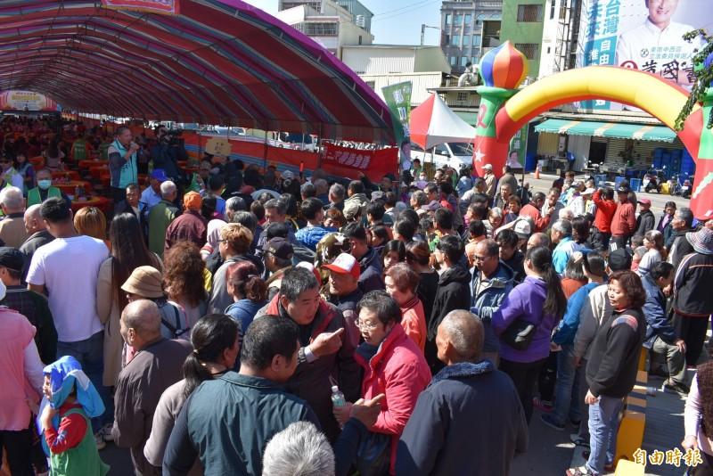 1300人急著想進場,秩序一度混亂。(記者張瑞楨攝)