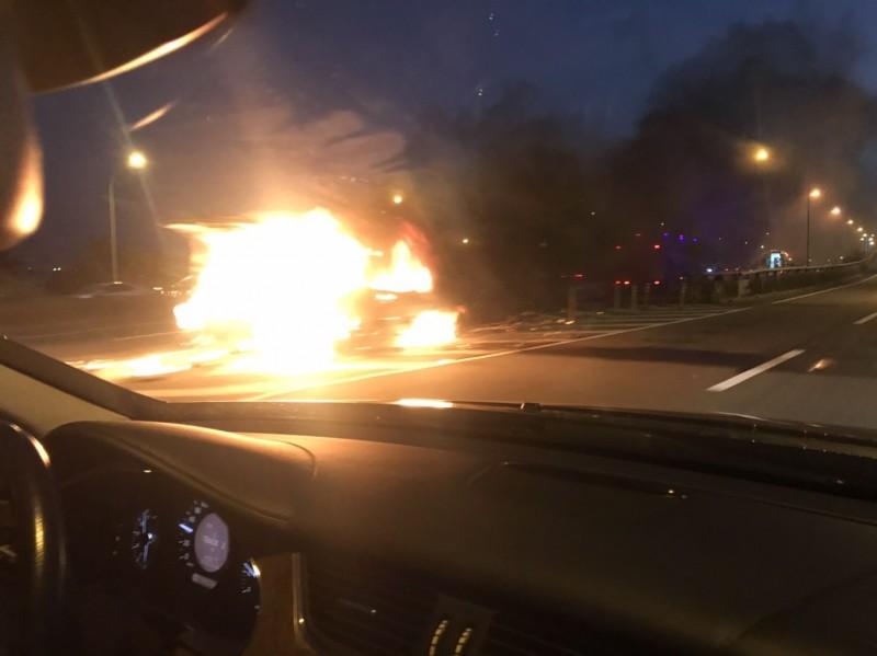 台74線快速道路傍晚驚傳火燒車。(葉姓市民提供)