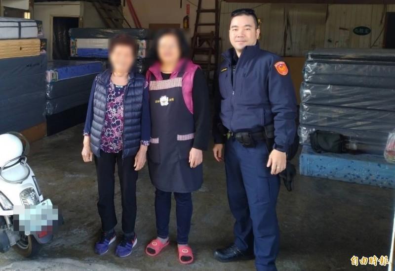 阿嬤(圖左)聽了警察講解各種詐騙案例,突然說「我要修理房子啦」,也讓警察從防詐任務,變成了護鈔勤務。(記者張瑞楨攝)